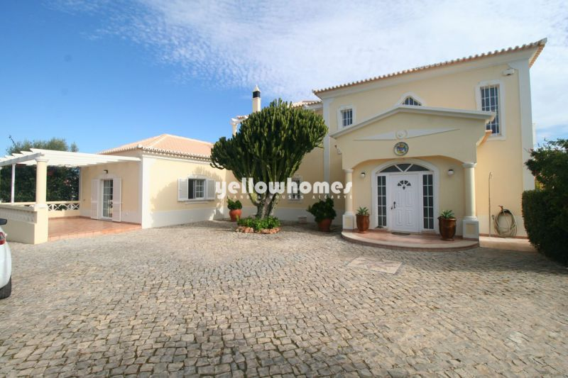 Spacious 4-bed villa with pool and central heating close to Vilamoura